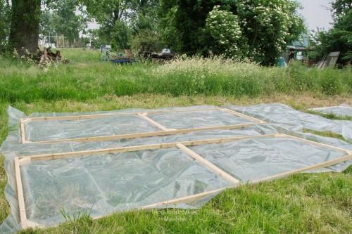 Die Folie für Dach und Rückwand wird abgemessen