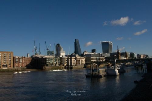 Blick auf die Docklands vom Themseufer unter der Millennium Bridge aus. Irgendwie erinnert mich das mit den Kränen und Türmen an das Berlin der 90ziger Jahre.