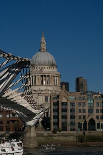 St Paul's Cathedral mit der Millennium Bridge, der ersten Brücke über die Themse seit dem Bau der Tower Bridge