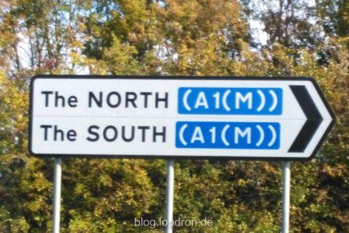 """Englisches Straßenschild, Richtungsanzeige zur A1 Fahrtrichtungen """"The North"""" und """"The South"""" zeigen beide nach rechts"""